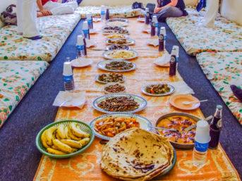 Reich gedeckter Tisch im Jemen