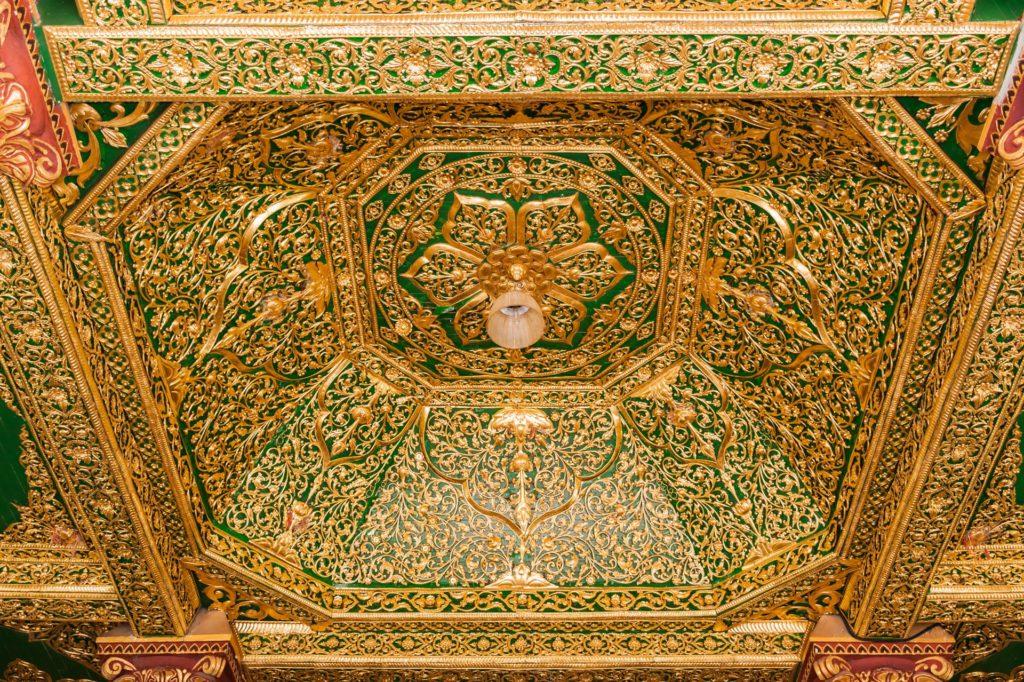 Mit Gold dekorierte Decke der Southern Devotional Hall