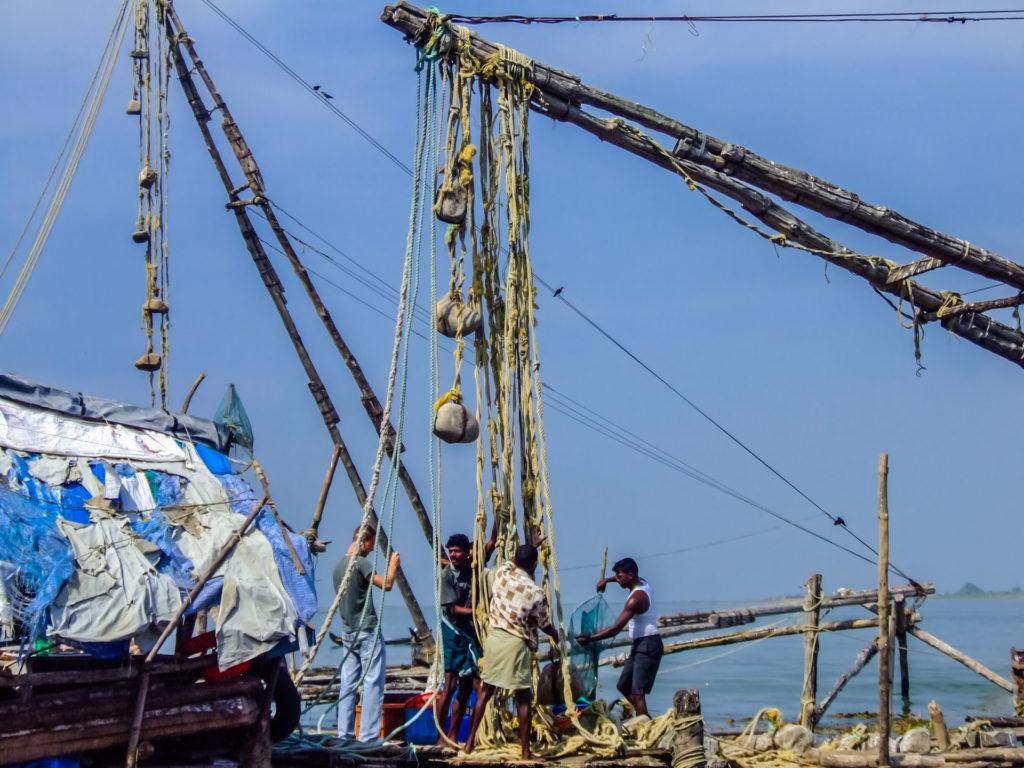 Chinesische Fischernetze mit Steinen als Gegengewicht