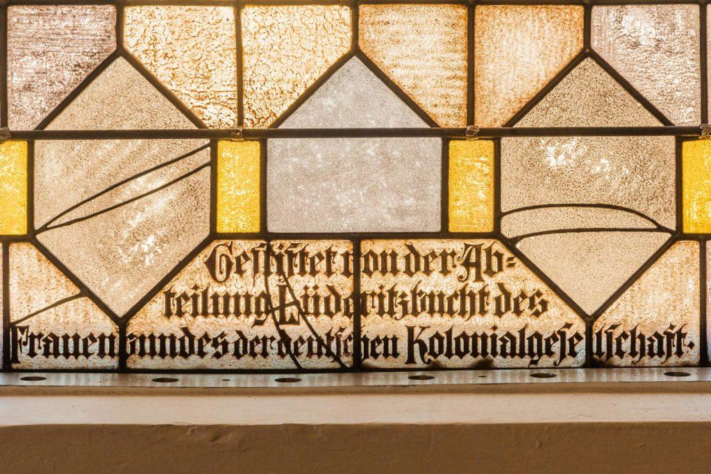 Hinweis auf die Spender des Buntglasfensters in der Felsenkirche