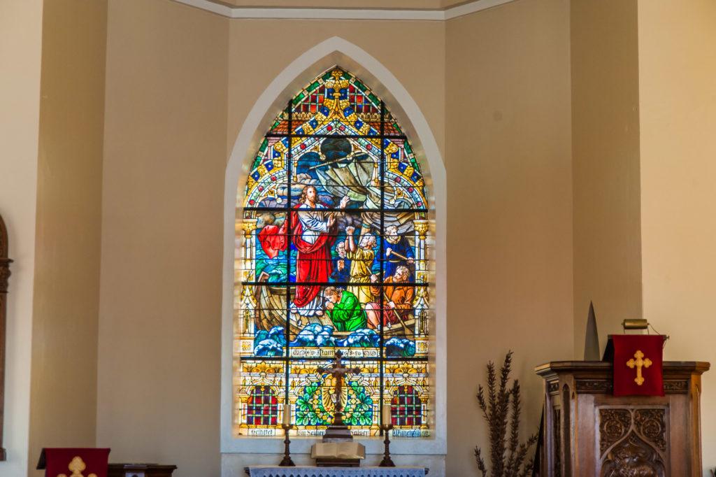 Das Altarfenster - ein Geschenk des Kaisers mit der Bibelszene 'Jesus gebietet dem Sturm'
