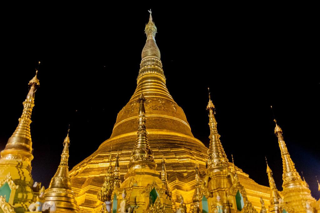 Das Gold der Shwedagon Pagode erstrahlt bei Nacht am Schönsten