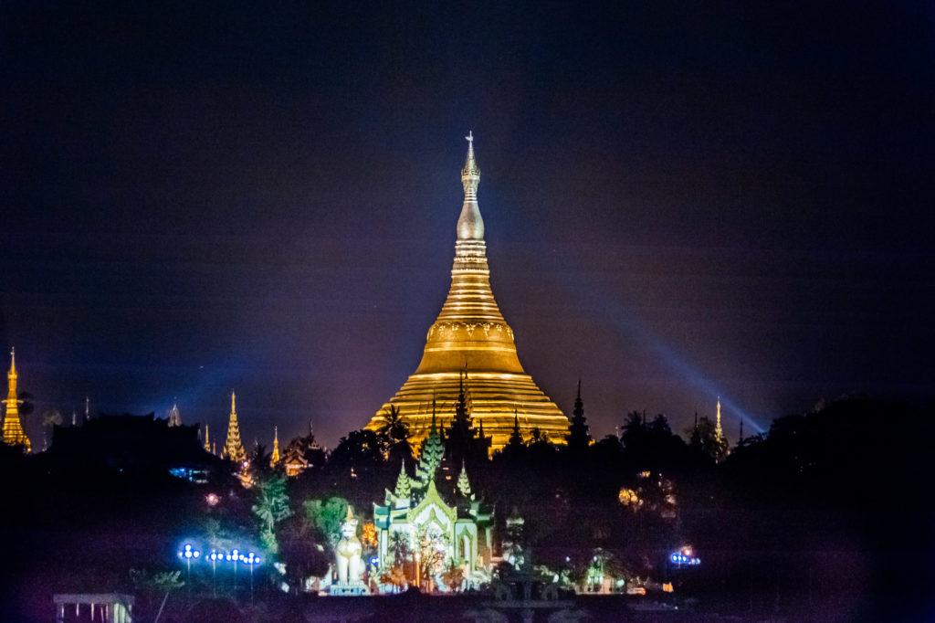 Shwedagon Pagode, nachts aus der Ferne