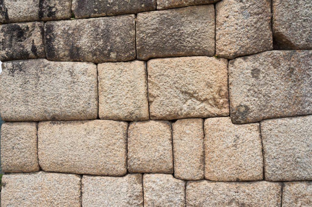 Ohne Mörtel perfekt zusammengefügte Steine
