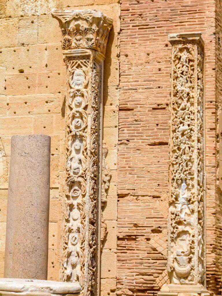 Reich verzierte Pilaster in der Basilica von Leptis Magna