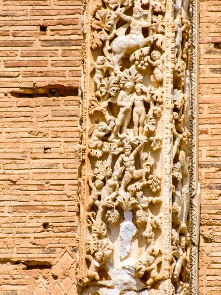 Detail der Steinmetzarbeiten an den Pilastern in der Basilika