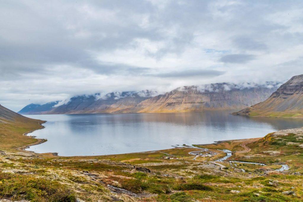 Blick in den Fjord vom Dynjandi Wasserfall aus