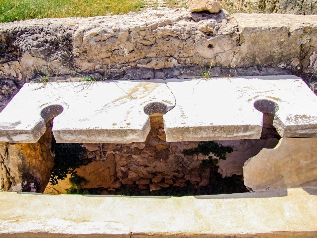 Ausschnitt aus der insgesamt 60 Plätze umfassenden Gemeinschaftslatrinenanlage in den Hadriansbädern