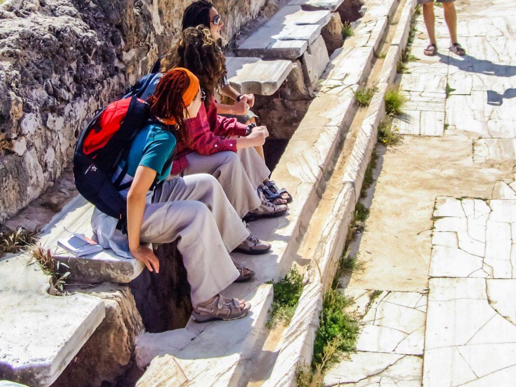 Touristen sitzen 'Probe' in der Gemeinschaftslatrine der Hadrians Thermen