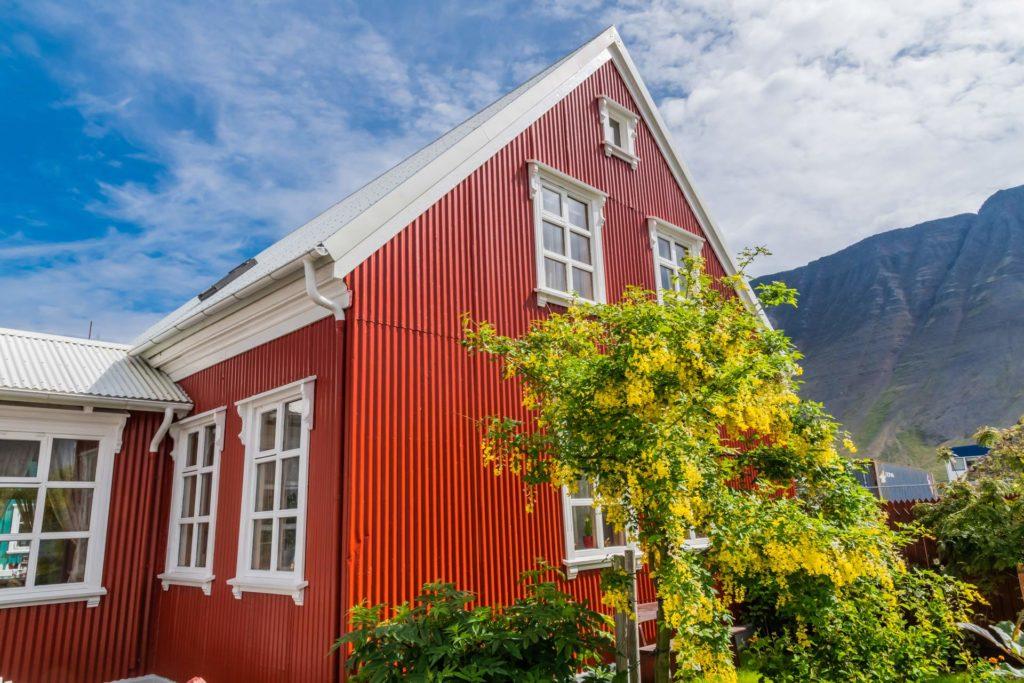 historisches Holzhaus mit Wellblech verkleidet, Isafjördur, Westfjorde