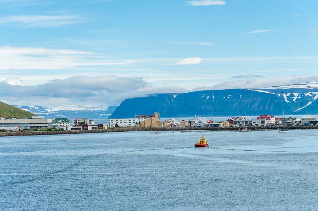 Isafjördur  liegt auf einer in den Fjord hineinragenden Sandbank