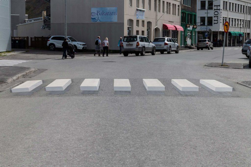 Isafjördur, Westfjorde - 3D-Zebrastreifen zur Verkehrsberuhigung