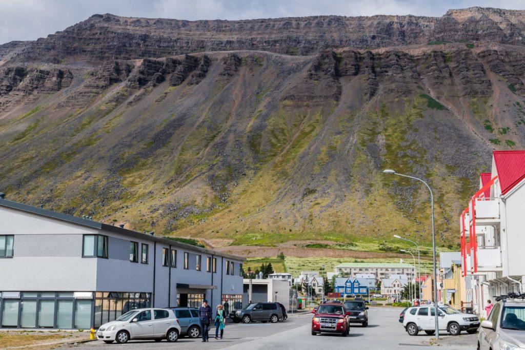 Isafjördur, Westfjorde, am Fuß steiler Berge gelegen