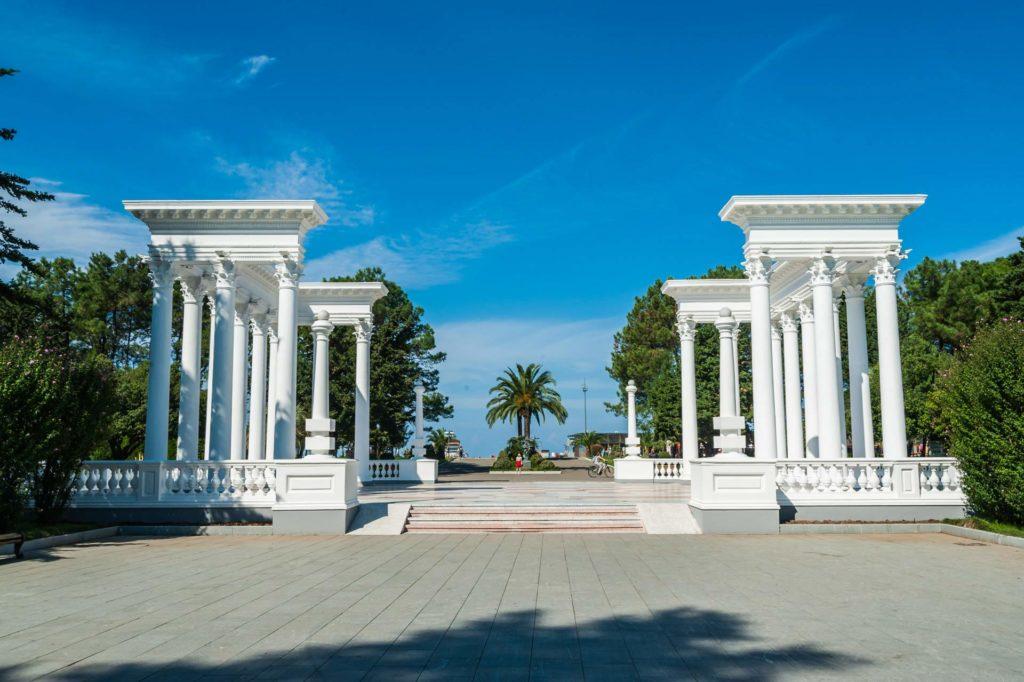Kolonnaden an der Strandpromenade in Batumi