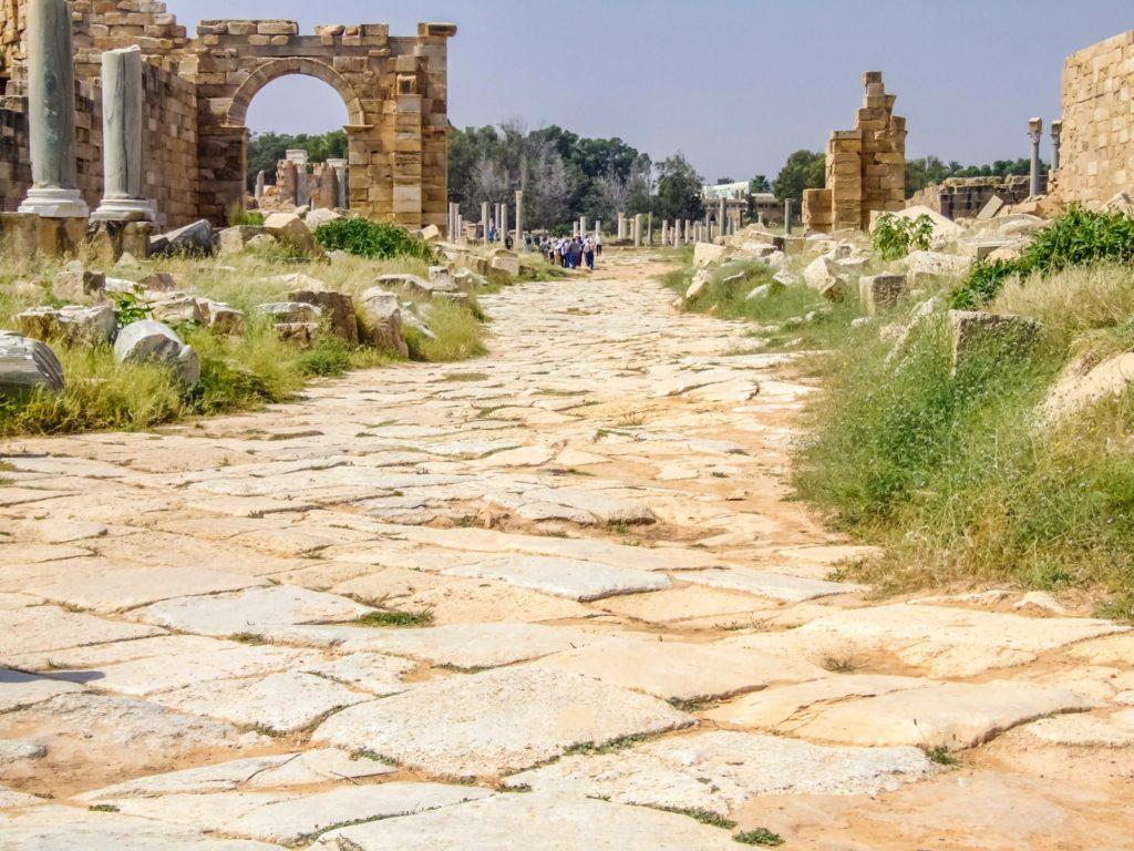 Straße in Leptis Magna mit den Original-Pflastersteinen aus der Römerzeit