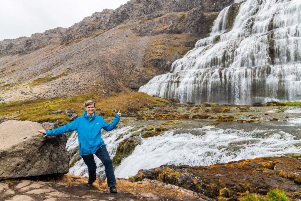 Marieluise Erhart am Dynjandi Wasserfall, Westfjorde in Island