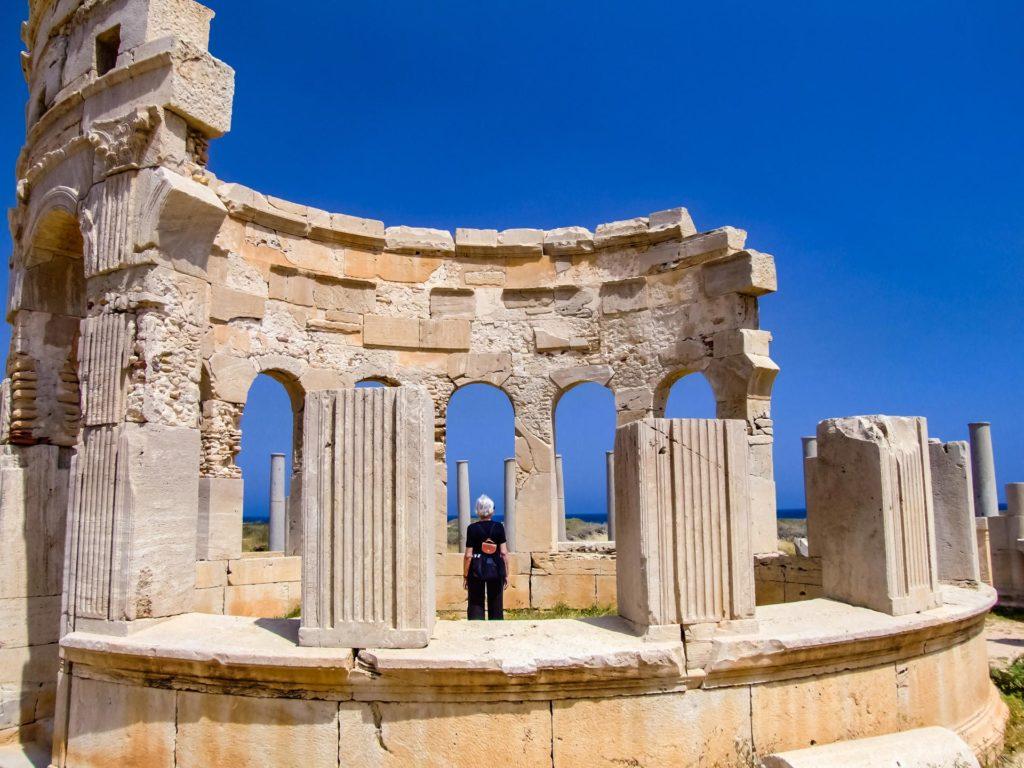 Marktpavillon in Leptis Magna mit steinernen Verkaufstheken