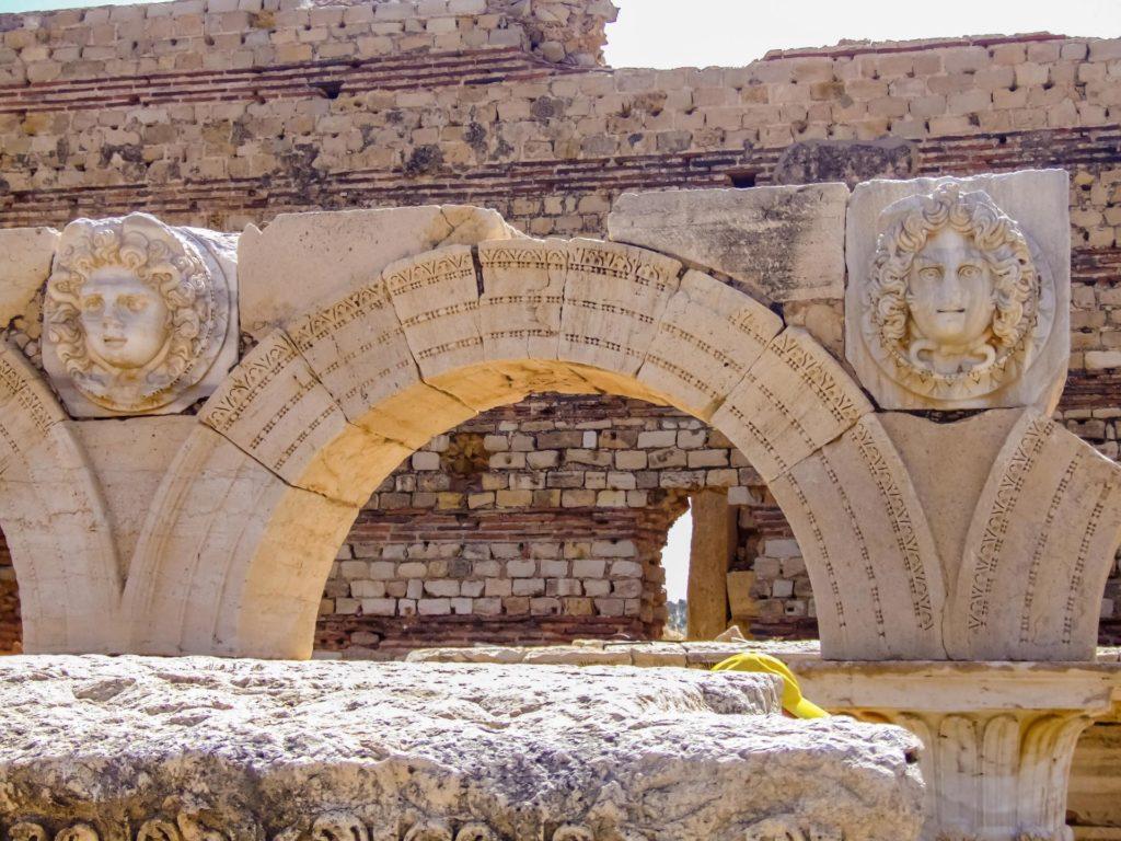 Medusen zieren die Rundbögen im Neuen Forum in Leptis Magna