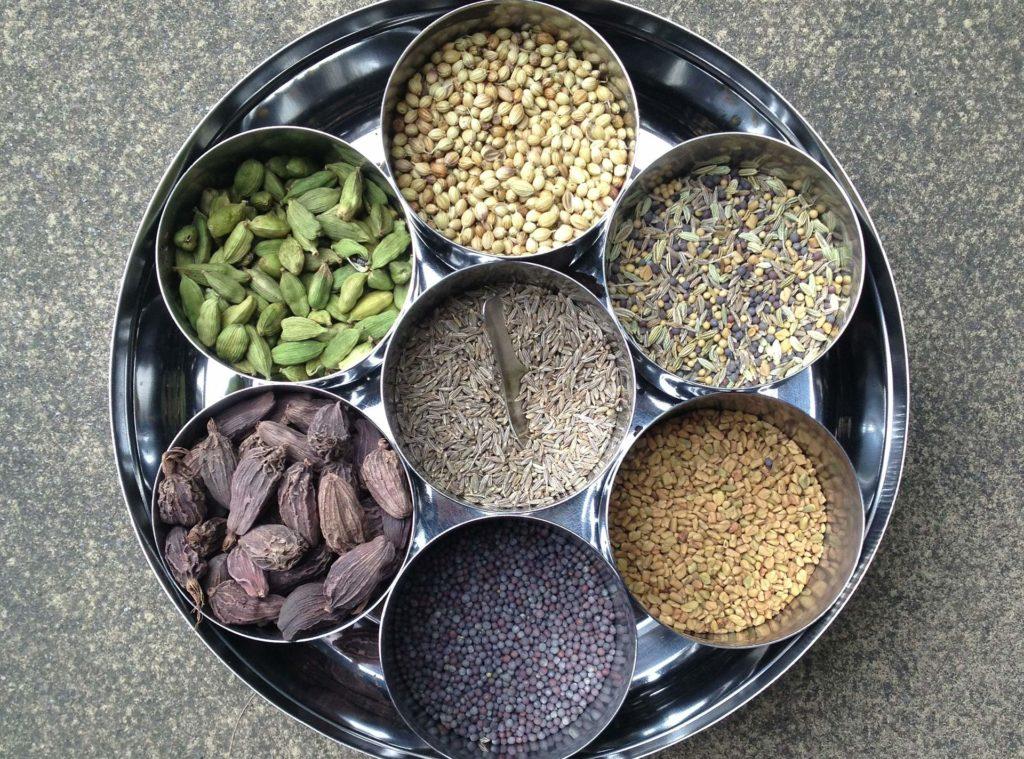 Verschiedene Gewürze für eine Curry Gewürzmischung