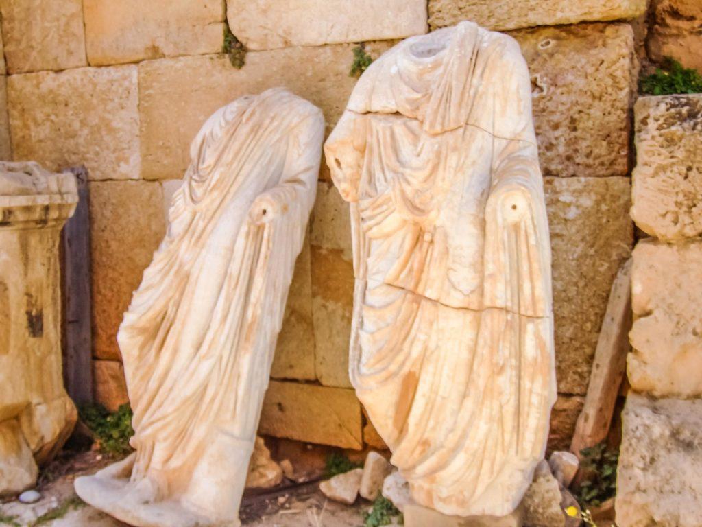 Kopflose Statuen von einstigen verdienten Bürgern standen einst vor dem Theater in Leptis Magna