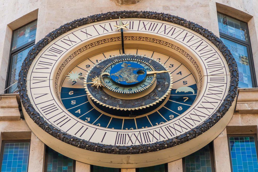 Die astronomische Uhr auf der Piazza in Batumi