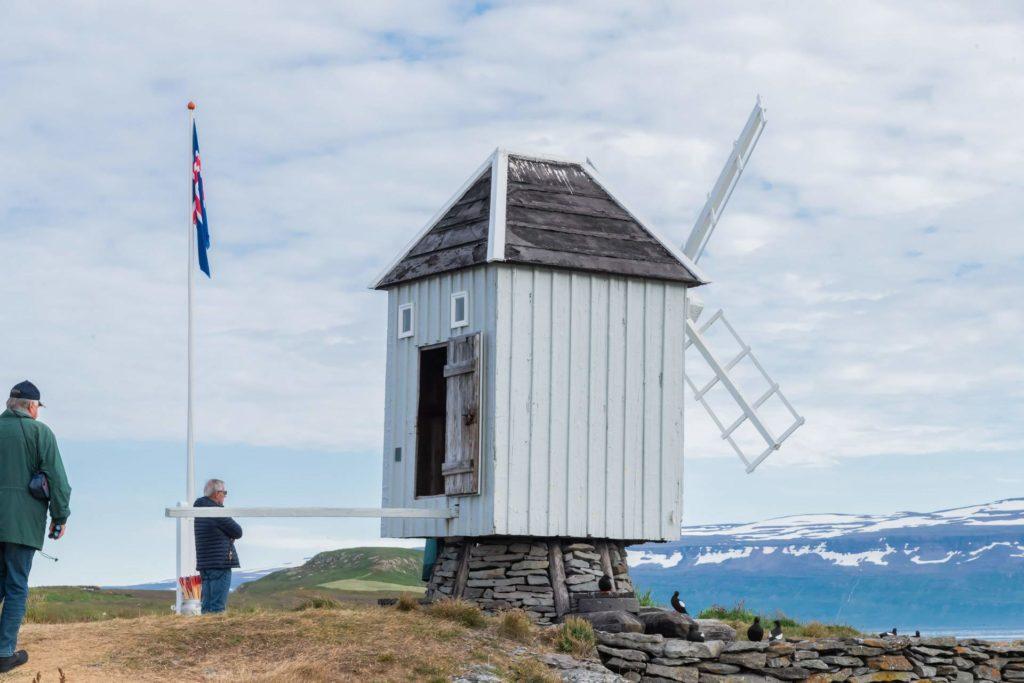 Historische Windmühle auf der Insel Vigur