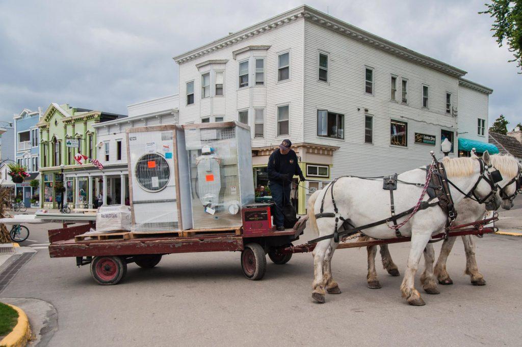 Großgerätetransport mit Pferdegespann auf Mackinac Island