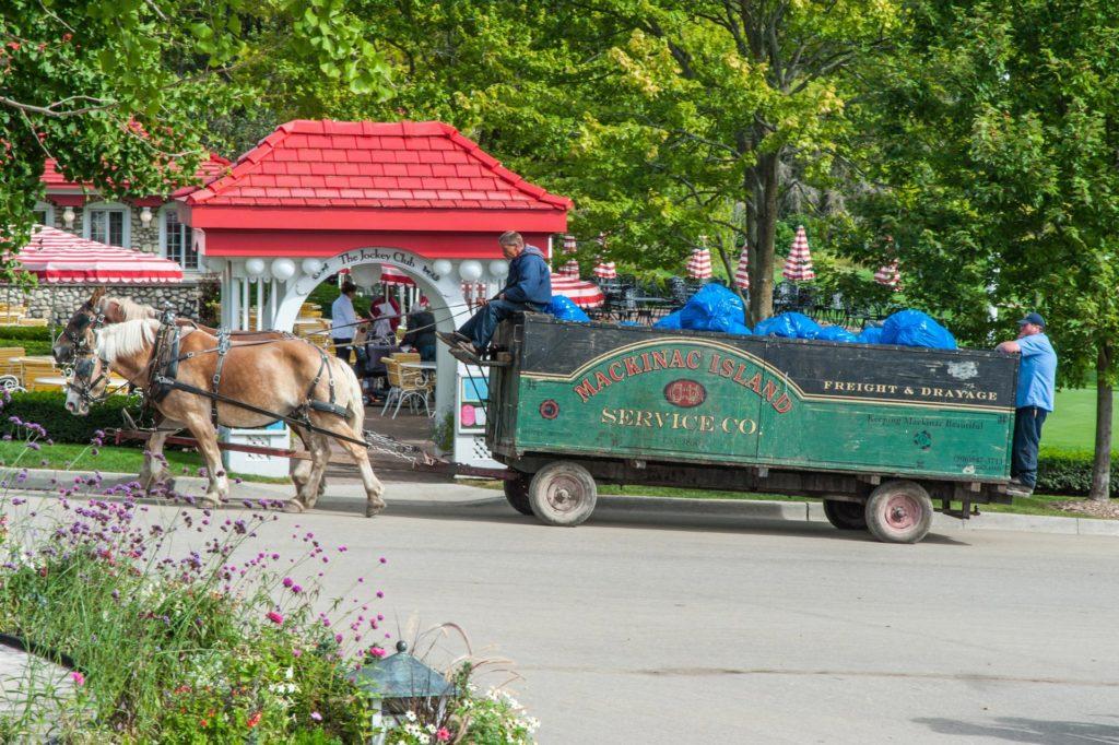 Mülltransport auf Mackinac Island mit dem Pferdefuhrwerk