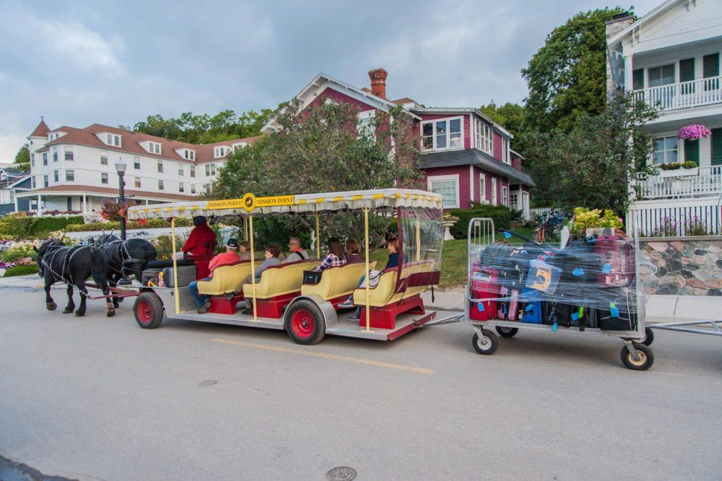 Koffer und Menschen werden per Pferdegespann transportiert