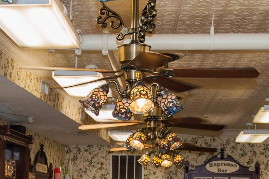 nostalgische Ladeneinrichtung mit hübschen Jugendstillampen