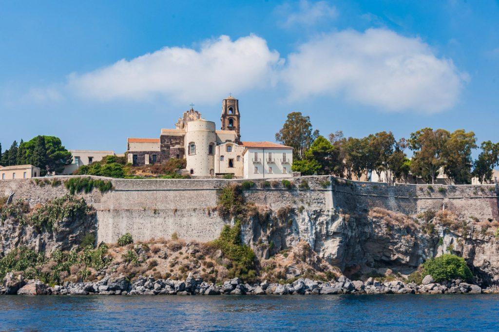 Bei der Anfahrt auf Lipari - Blick auf die Festung