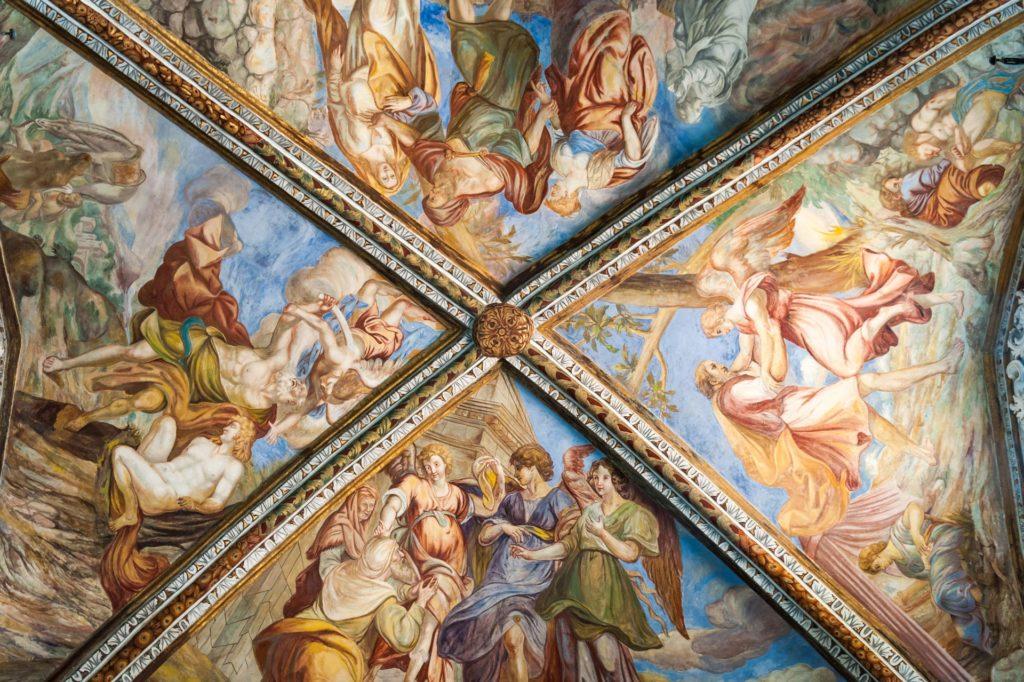 Fresken-Detail im Gewölbe der Kathedrale St. Bartholomäus