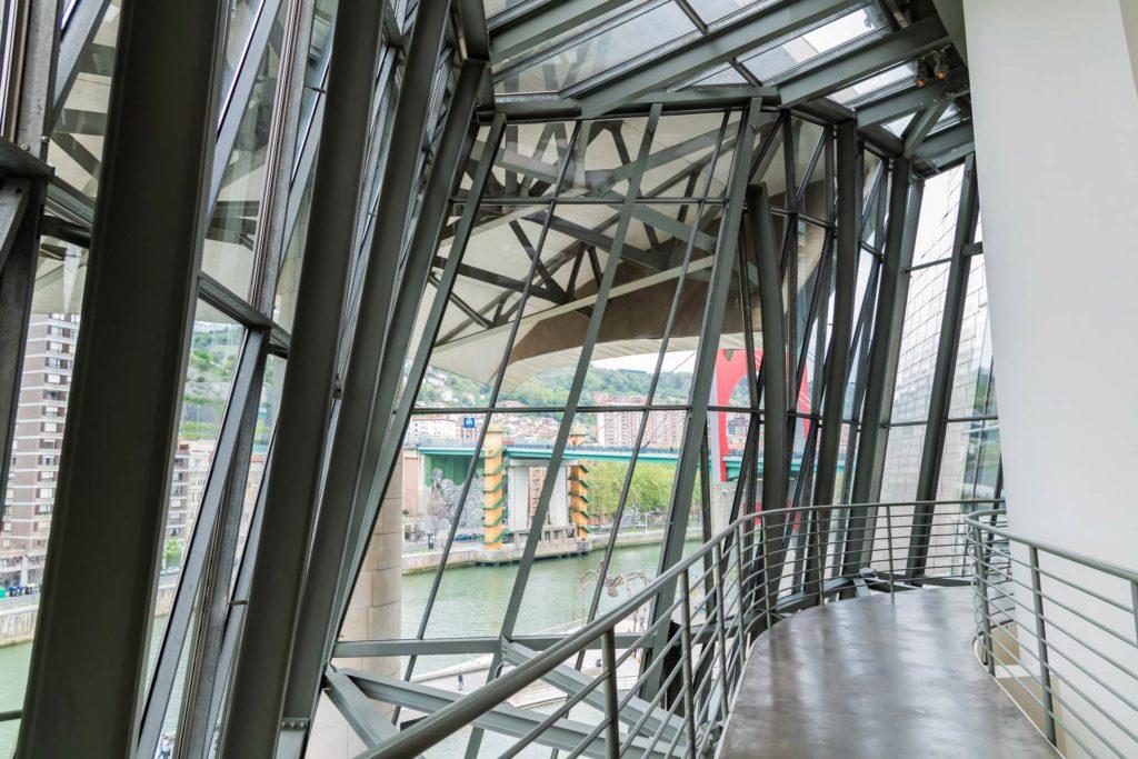 Geschwungene Gehwege im Guggenheim-Museum-Bilbao