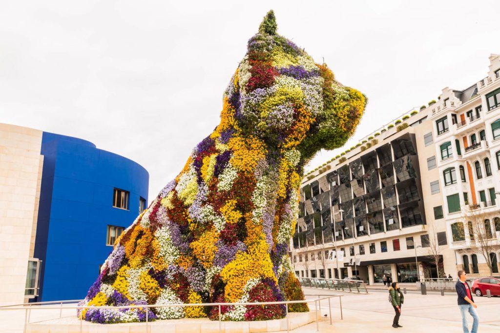 Blumen-Skulptur 'Puppy' von Jeff Koons vor dem Guggenheim-Museum-Bilbao