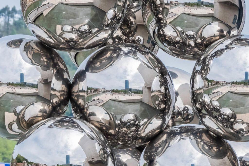 Detail-Ansicht: spiegelpolierte Kugeln im Kunstwerk 'Tall Tree & Eye' von Anish Kapoor