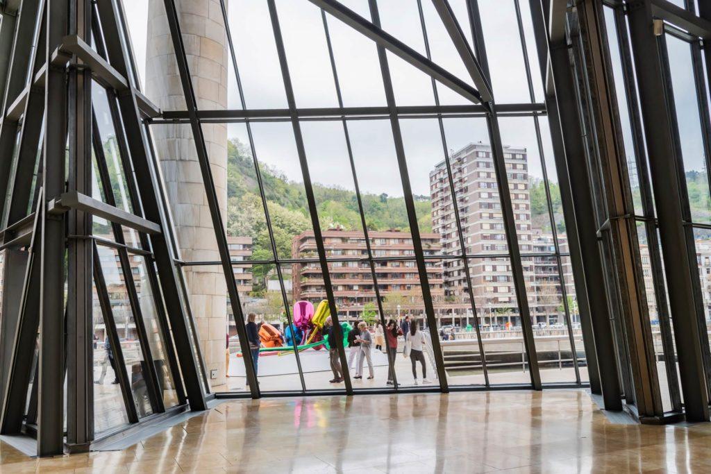Im Atrium: Blick von drinnen nach draußen