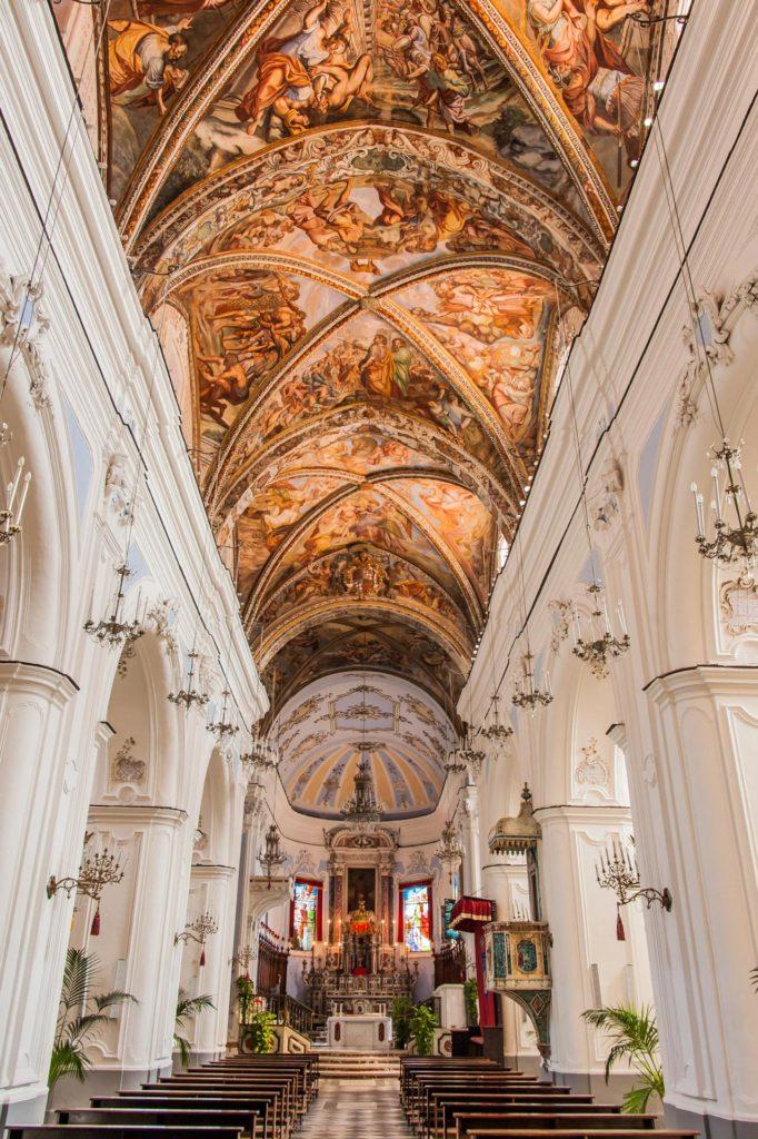 Das Innere der Kathedrale St. Bartholomäus