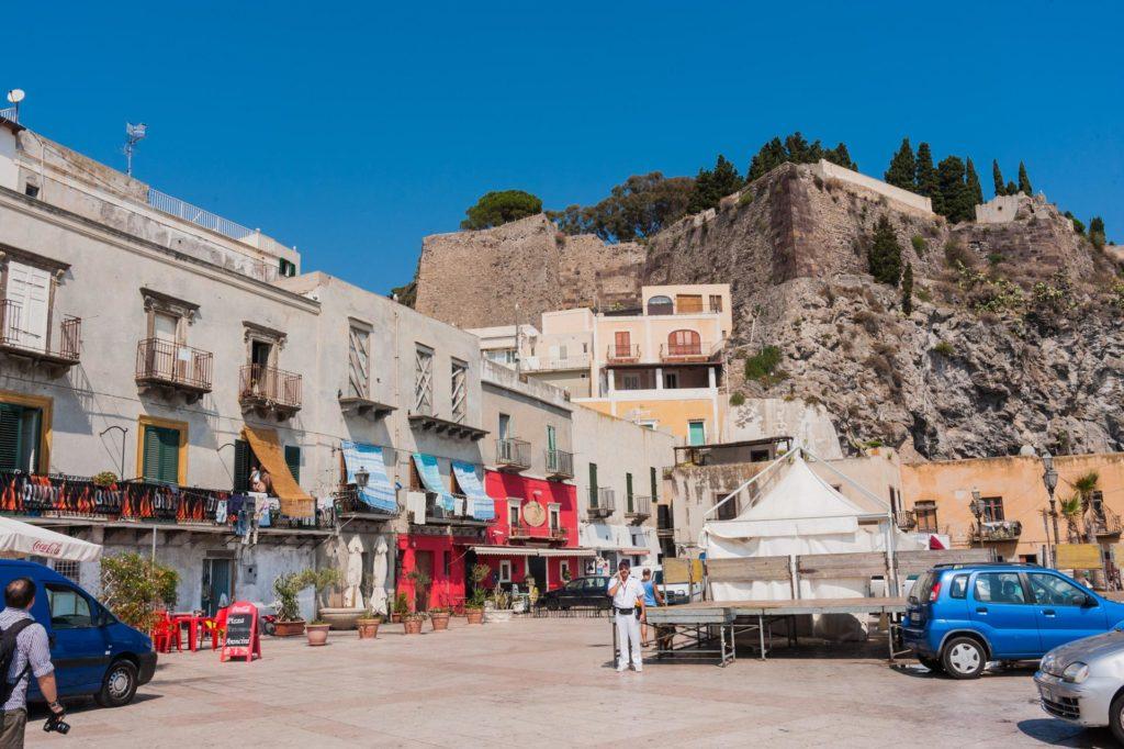 Der Burgberg (Akropolis) mit der Festung Il Castello